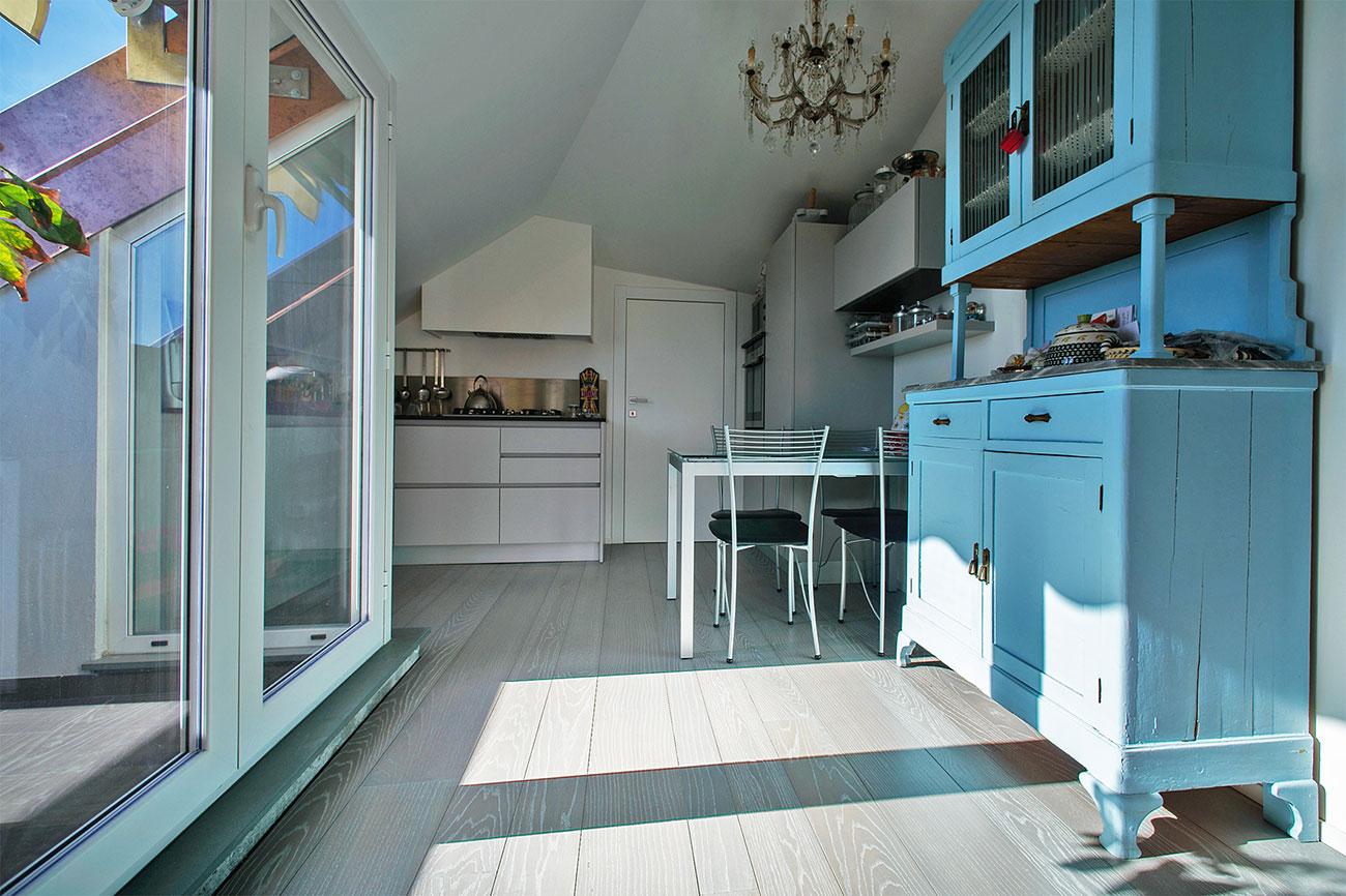 003-archimedebozzo-pavimenti-in-legno-parquet-grigio-quercia-spazzolata-decappata-cucina-32