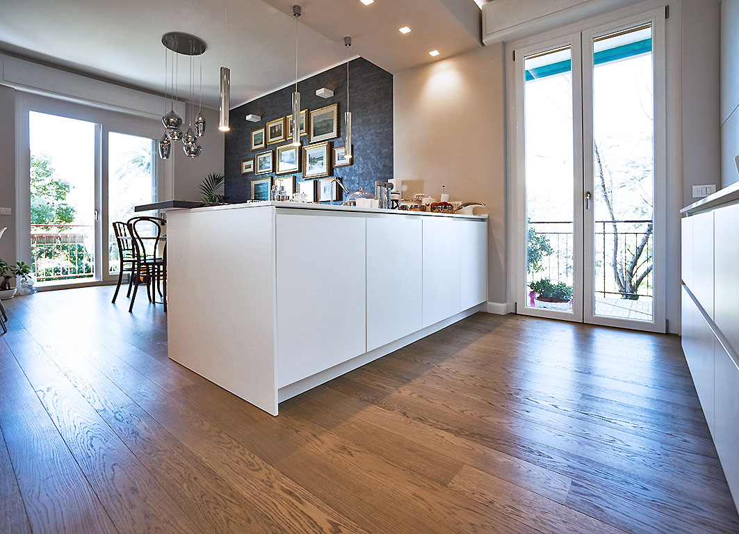 001-archimedebozzo-pavimenti-in-legno-parquet-quercia-spazzolata-venature-cucina-17